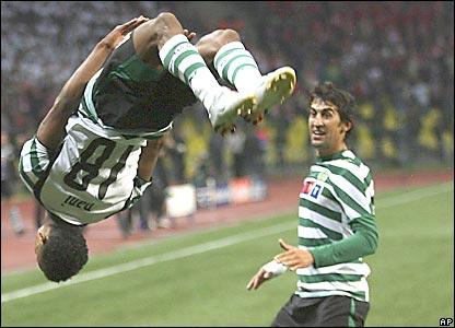 Nani da una vuelta en el aire, celebrando su gol.