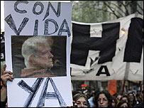 Manifestantes con foto de Jorge Julio López