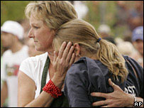 Una mujer consuela a una estudiante.