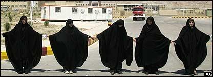 Estudiantes defendiendo planta nuclear en Irán.