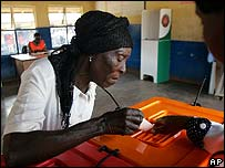 Zambian woman casts her vote