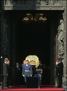 Coffin carried to Peter and Paul Fortress