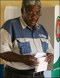 President Levy Mwanawasa casting his vote