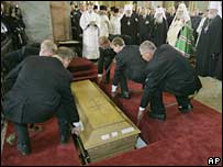 Coffin with remains of Maria Fyodorovna is lowered in the royal crypt at the Cathedral of the Peter and Paul Fortress