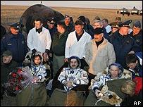 Los tres cosmonautas tras el aterrizaje