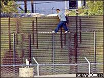 Inmigrante ilegal cruz la frontea mexicana con Estados Unidos.