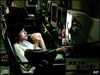 Persona al frente de una pantalla de computadora.