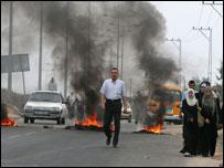 فلسطينيون يجتازون حاجزا من الاطارات المشتعلة في غزة