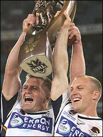 Shane Webcke and captain Darren Lockyer celebrates Brisbane's victory
