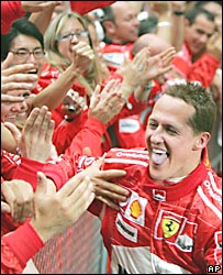 Schumacher con su equipo celebra la victoria en el GP de China