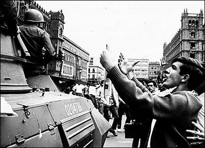 Tanque militar ante una protesta estudiantil