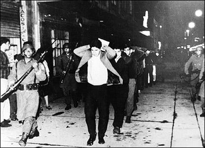 Policia arresta a estudiantes un d�a despu�s de la matanza.
