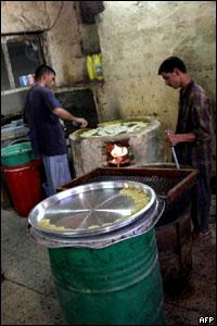 Иракские торговцы готовят сладости, которые мусульмане едят во время священного месяца Рамадан