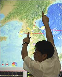 Chi Heon-cheol explains concerns of North Korea nuclear test in front of a real time event map at the Korea Institute of Geoscience and Mineral Resources on 28 August 2006