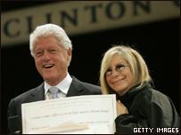 El ex presidente de EE.UU. Bill Clinton y la cantante Barbra Streisand