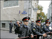 Russian police in front of the Georgian embassy in Moscow, 29 September 2006