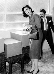 El voto femenino. La mujer mexicana votando por primera vez en la historia, 6 de julio de 1958. Foto cortesía Archivo histórico, El Universal.
