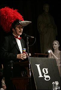 El profesor Schwab recibiendo su premio