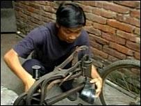 Liu Xiao Yi repairing shoes