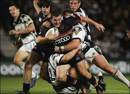 Iestyn Harris is tackled by two Hull players