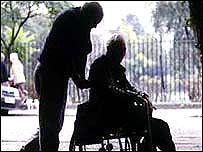 Persona empujando a anciano en sillas de rueda