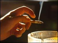 Mano y cigarrillo
