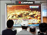 Norcoreanos mirando la noticia de la prueba por televisión