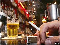 Fumador en un bar