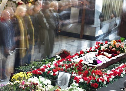 People pass by the coffin of Russian journalist Anna Politkovskaya