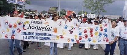 Jóvenes marchando por la paz