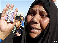 Iraqi woman mourns after car bomb in Kufa, July 2006