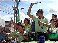 El candidato izquierdista, Rafael Correa, saluda a sus seguidores en Quito
