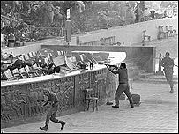 حادث المنصة ويظهر في الصورة خالد الاسلامبولي وهي يطلق النار على السادات
