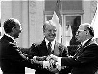توقيع اتفاقية كامب دافيد في حديقة البيت الابيض 26 مارس 1979 ويظهر في الصورة الرئيس الراحل أنور السادات ورئيس الوزراء الاسرائيلي بيجن والرئيس الامريكي كارتر