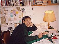 Orhan Pamuk trabajando en su estudio