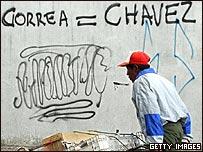 """Grafiti en las calles de Quito reza """"Correa=Ch�vez"""""""