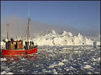 Barco navega entre icebergs en Groenlandia