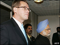 Finnish Prime Minister Matti Vanhanen (left) and Indian Prime Minister Manmohan Singh arrive for the start of EU-India Summit.