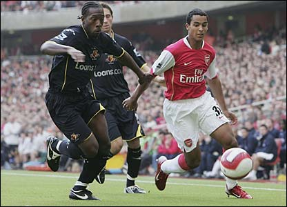 Lloyd Doyley shadows Theo Walcott
