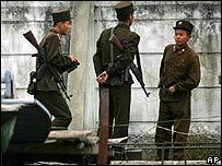 Soldados norcoreanos conversando