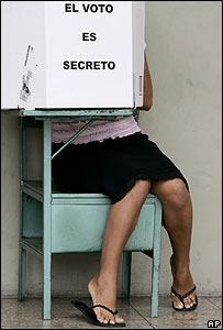 Mujer ecuatoriana deposita su voto