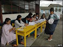 Mujer indígena se prepara para votar.