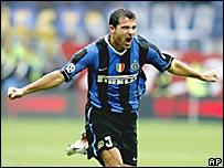 Dejan Stankovic, celebra su gol frente al Catania.
