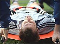 Petr Cech es llevado fuera del campo de juego.
