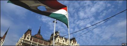 Una bandera simbólica ondea frente al parlamento húngaro para conmemorar la Revolución de 1956