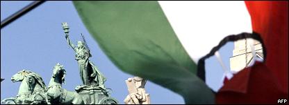 Una bandera simbólica ondea frente al parlamento húngaro para conmemorar la Revolución de 1956.