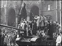 Estudiantes sobre un tanque en Budapest
