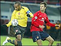 Thierry Henry (izq.), del Arsenal, pelea el bal�n con Devidas Semberas, del CSKA de Mosc�.