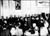 Члены первого израильского правительства поют национальный гимн в день создания Государства Израиль 14 мая 1948 г.