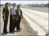 Presidente George W. Bush visita frontera en Arizona junto a funcionarios
